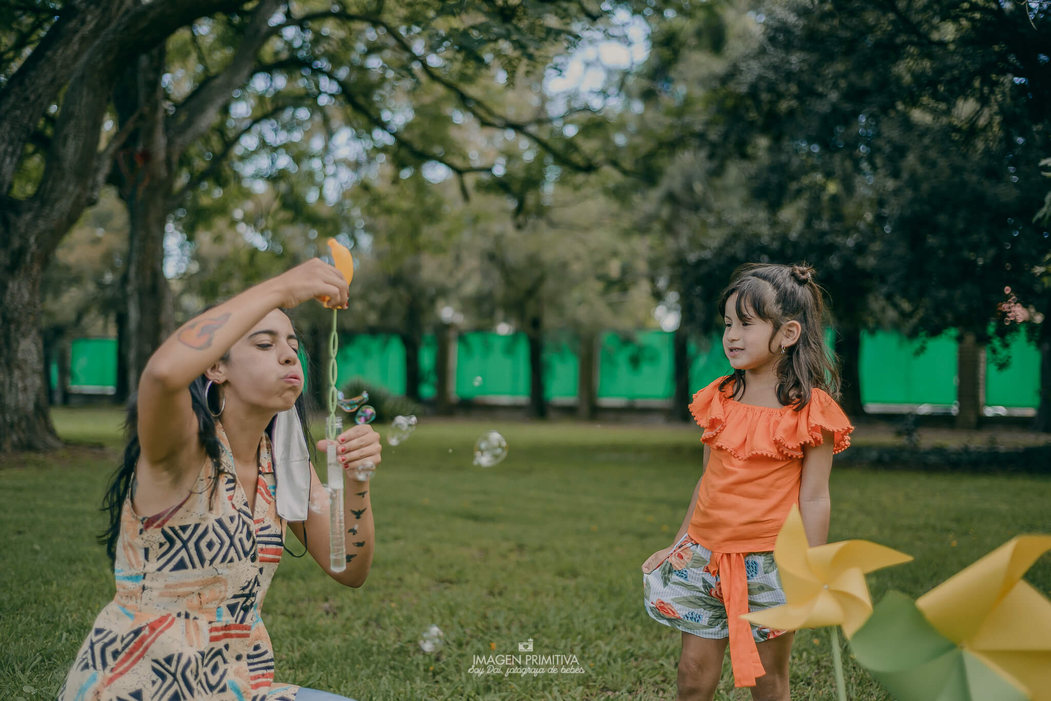 Niña jugando con burbujas para un mini book de fotos en Buenos Aires