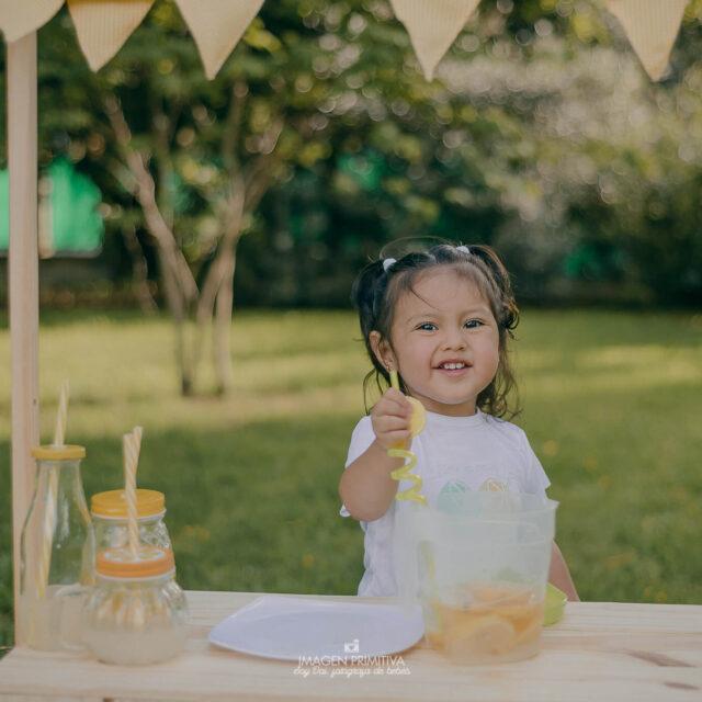 foto de niña tomando limonada para una sesión de fotos en Buenos Aires