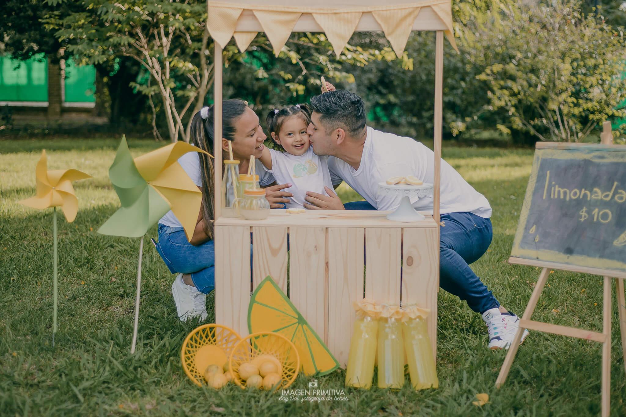 Familia de mamá, papá e hija abrazos para una foto en una sesión de fotos en Argentina