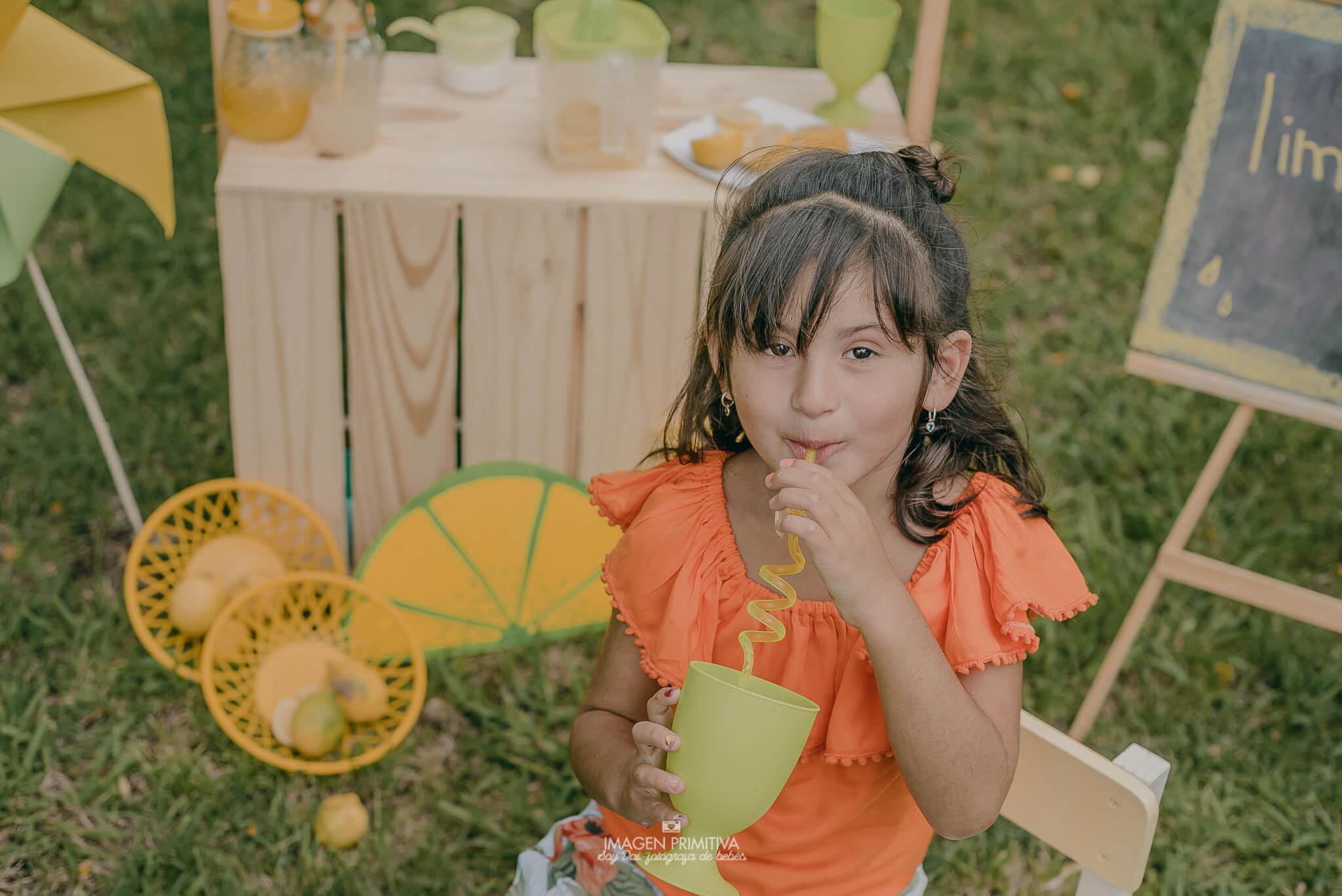 Niña tomando limonada para una sesión de fotos en Buenos Aires